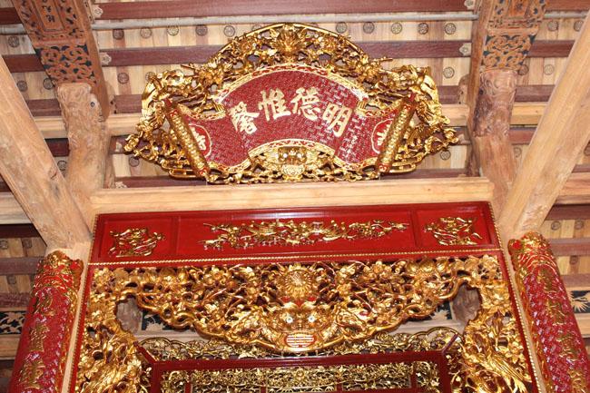 Đồ thờ trong nhà gỗ
